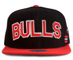 Mitchell & Ness Bulls Training Room Snapback - Black/Red 1